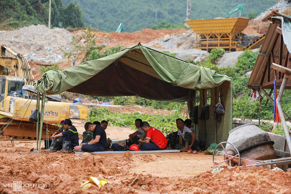 About 100 meters from the site are field camps set up for the rescuers to rest. Due to fears for landslide, the rescuers would return to Rao Trang 4 to stay overnight and the next morning come back to Rao Trang 3 to search for the missing victims.