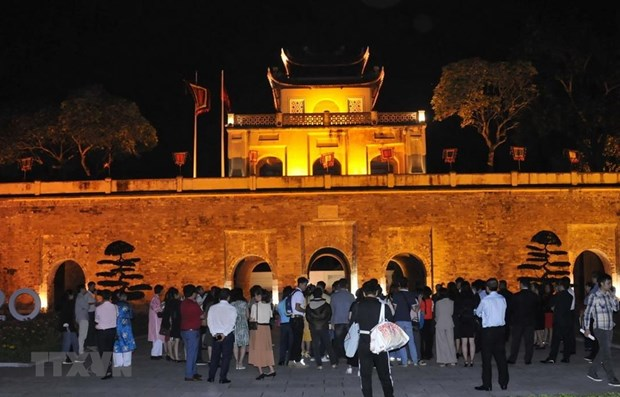 Evening tour to introduce visitors to the best of Thang Long Imperial Citadel hinh anh 1