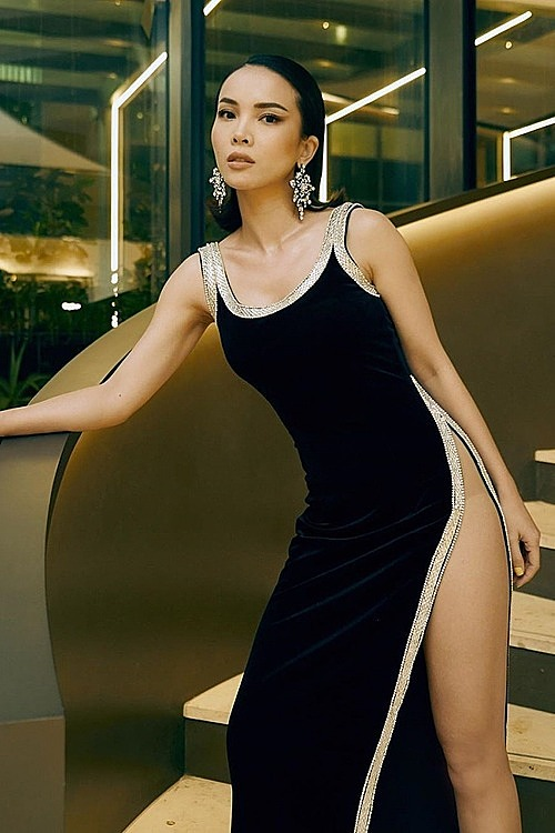 Singg Yen Trang wants to emphasize the beauty of her left leg by wearing a high slit dress that has a glowing contour along the cut.