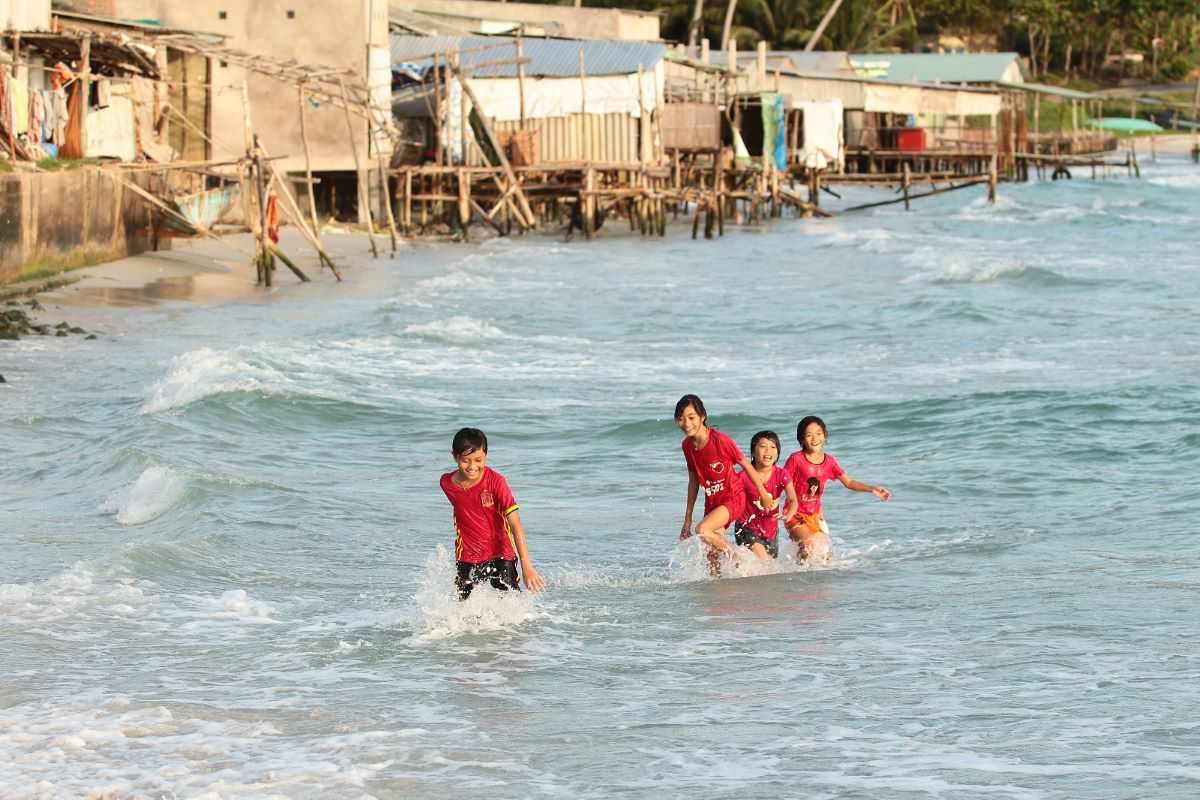 Kids fool around in the afternoon tide. Photo courtesy of Nguyen Van.