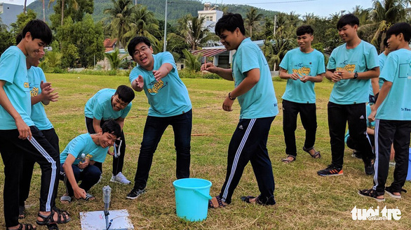 Students play a game with a water pump outside at the Center for Scientific Discovery in Binh Dinh Province - Photo: Dung Nhan / Tuoi Tre