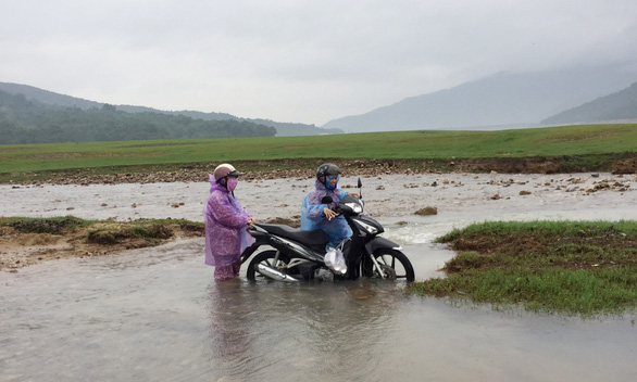 During the rainy season, teachers have to walk a long road before getting on a boat to access to Canh Tien Village. – Photo: Lam Thien/Tuoi Tre