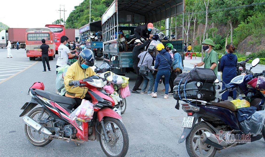 Nghệ An có hơn 7 vạn người trở về quê, 4 huyện xin gạo cứu đói