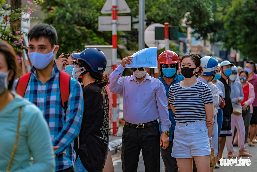 Queues leading to a makeshift sale location of mooncake maker Bao Phuong on Thuy Khue Street, Tay Ho District, Hanoi, September 19, 2021. Photo: Nam Tran / Tien Phong